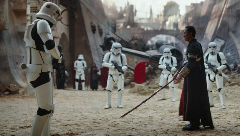 """W weekend chory na raka fan gwiezdnej sagi, Neil Hanvey, miał okazję obejrzeć najnowszy film z serii: """"Łotr 1. Gwiezdne wojny - historie"""", blisko cztery miesiące przed oficjalną premierą dzieła. Podczas seansu towarzyszył mu reżyser Gareth Edwards."""