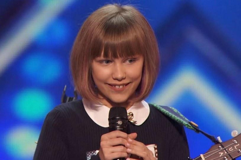 """12-letnia Grace VanderWaal, która oczarowała jurorów amerykańskiego """"Mam talent"""" podczas castingu, znów zachwyciła. Tym razem w trakcie odcinka na żywo, w którym wykonała swój autorski utwór."""