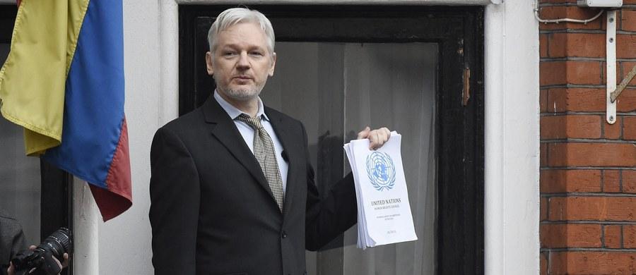 """Julian Assange - założyciel demaskatorskiego portalu Wikileaks - oświadczył, że przed listopadowymi wyborami prezydenckimi w USA portal opublikuje """"nowe ważne dokumenty"""" dotyczące kandydatki Demokratów - Hillary Clinton - podaje AFP. W wyemitowanym w środę wieczorem wywiadzie dla telewizji Fox News Assange powiedział, że portal Wikilekas analizuje obecnie tysiące stron dokumentów."""