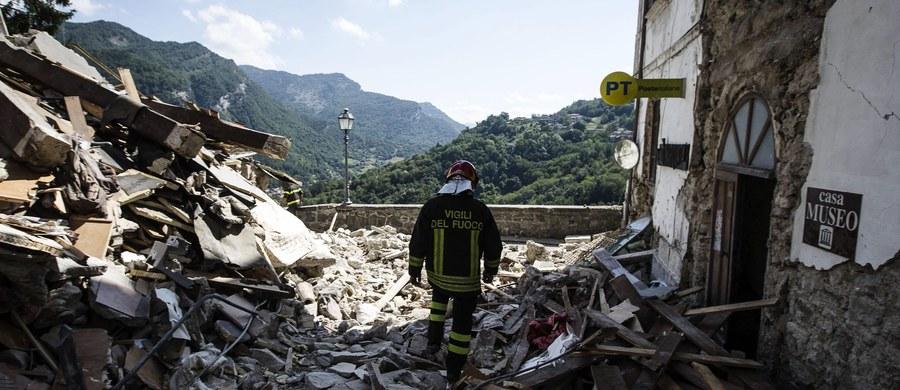 W Amatrice - włoskiej miejscowości, która najbardziej ucierpiała podczas środowego trzęsienia ziemi - wciąż odczuwane są wstrząsy wtórne. Do takich drgań dochodzi również w całych środkowych Włoszech. Ekipom ratowniczym bardzo utrudnia to pracę. Uszkodzone budynki osuwają się, przez co powodują kolejne zagrożenia. Te, które na pierwszy rzut oka wydawać by się mogło nienaruszone w każdej chwili mogą się zawalić.