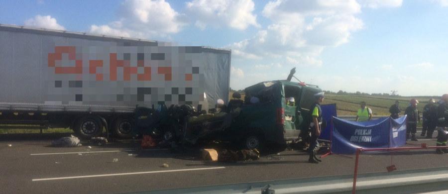 Zarzut spowodowania wypadku drogowego ze skutkiem śmiertelnym postawiła lubelska prokuratura kierowcy ukraińskiego busa, który we wtorek na obwodnicy Lublina uderzył w tył ukraińskiej ciężarówki. W wypadku zginęło pięć osób: trzy kobiety i dwóch mężczyzn. Kierowca i pasażerka trafili do szpitala. Śledczy wystąpili też do sądu o tymczasowe aresztowanie mężczyzny.