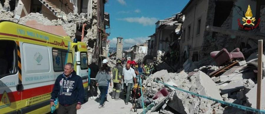 4,7 stopnia w skali Richtera miał dziś najsilniejszy wstrząs wtórny, do którego rano doszło w pobliżu Amatrice w środkowych Włoszech. Tylko od północy takich wstrząsów odnotowano w tym rejonie już 57. Od środy było ich ponad 900. Środowe trzęsienie ziemi zabiło co najmniej 267 osób, prawie 400 zostało rannych.