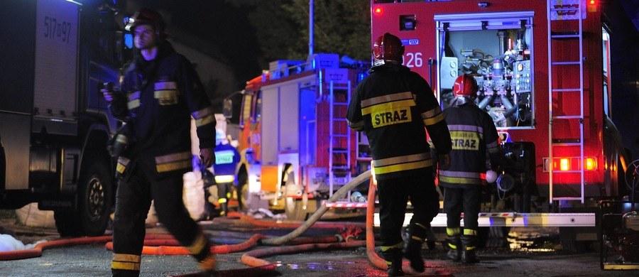 Trzy zarzuty usłyszał 20-letni Oskar O. zatrzymany w sprawie morderstwa i pożaru w bloku na osiedlu Piastów w Krakowie. Mężczyzna podpalając budynek chciał w ten sposób zatrzeć ślady.