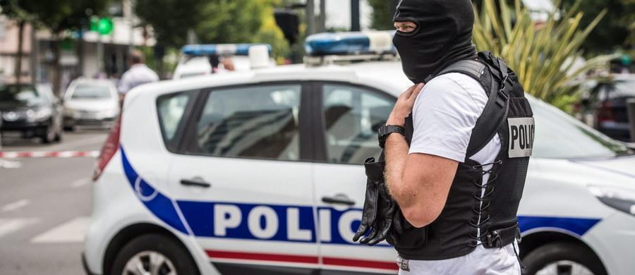 """Dyrektor Europolu, Brytyjczyk Rob Wainwright, ostrzegł w piątkowym wywiadzie z londyńską popołudniówką """"Evening Standard"""" przed narastającym ryzykiem zamachów terrorystycznych w Europie ze strony bojowników Państwa Islamskiego (IS). Wainwright powiedział, że według posiadanych przez agencję informacji wywiadowczych przywódcy IS podjęli """"strategiczną decyzję"""" o wysłaniu do Europy fanatyków w celu odwrócenia uwagi od utraty kolejnych terytoriów na terenie Syrii i Iraku. """"Zdolność przeprowadzania spektakularnych ataków w Europie jest alternatywną metodą utrzymania wysokiego morale i zademonstrowania, że IS wciąż jest silne"""" - ostrzegł."""