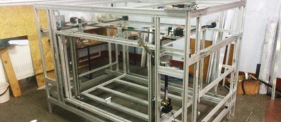 Największa w Polsce drukarka 3D powstała w Lublinie. Będzie służyć do projektowania podzespołów i budowania prototypów ciągników rolniczych. Zamówił ją lubelski Ursus. Dzięki drukarce koszty uda się obniżyć nawet stukrotnie.