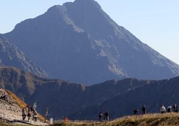 Turyści szturmują Tatry. Do wejścia na szczyty tworzą się kolejki