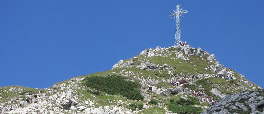 Do pierwszego śmiertelnego wypadku w Tatrach doszło wczoraj. Zginął turysta, który spadł Żlebem Orłowskiego z Buli pod Rysami. Dziś 57-letni mężczyzna zginął pod Mięguszowieckim Szczyt Czarny w Tatrach Słowackich. O wypadku słowacką Horską Zahranną Służbę powiadomili turyści, którzy z Mięguszowieckiego Szczytu Pośredniego zauważyli spadającą na człowieka kamienną lawinę. Dziś także jeden z turystów schodząc z Granatów prawdopodobnie potknął się i i spadł w kilkusetmetrową przepaść.