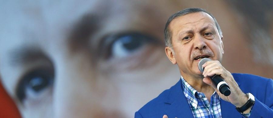 """Policja weszła do redakcji kurdyjskojęzycznej gazety """"Azadiya Welat"""" w mieście Diyarbakir na południowym wschodzie Turcji - poinformowała prokurdyjska stacja telewizyjna IMC TV. Aresztowano 27 osób - wszystkich obecnych w redakcji dziennikarzy, pod zarzutem udziału w """"organizacji terrorystycznej""""."""