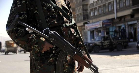 Do co najmniej 60 wzrosła liczba ofiar śmiertelnych dzisiejszego zamachu samobójczego na wojskowy ośrodek werbunkowy w Adenie - poinformowały źródła medyczne, na które powołuje się AFP. Według nich 29 osób zostało rannych.