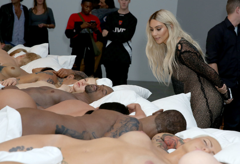 """Figury woskowe celebrytów i polityków, które pojawiły się w klipie Kanye Westa """"Famous"""" nie są na sprzedaż. Przedstawiciel rapera zdementował pogłoski """"The New York Times""""."""