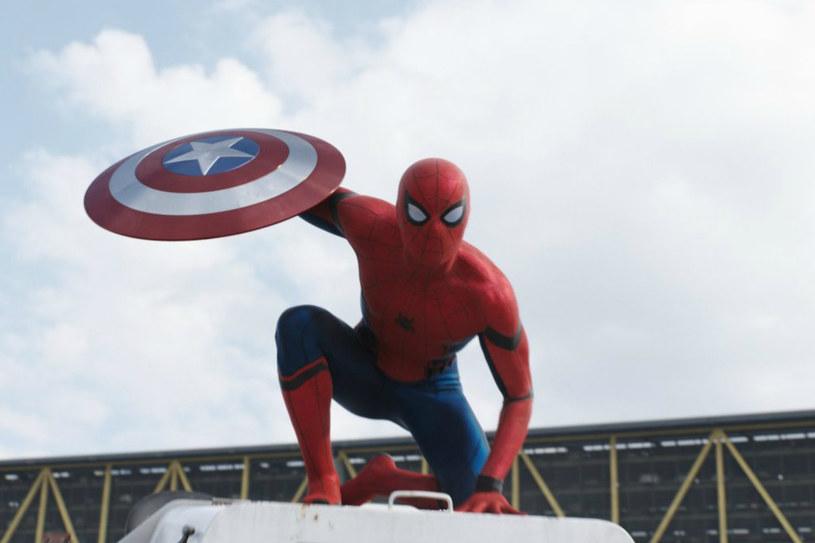 """W przyszłym roku na ekrany powróci jeden z najsłynniejszych bohaterów komiksów Marvela, Spider-Man. Nową próbę wykreowania kultowej postaci podejmie Tom Holland (""""Niemożliwe""""). Zdaniem Anthony'ego Russo, twórcy tegorocznego przeboju """"Kapitan Ameryka: Wojna bohaterów"""", może to być najlepsze wcielenie Człowieka-Pająka."""