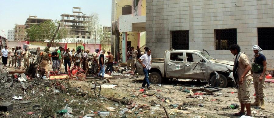 Co najmniej 71 ofiar śmiertelnych, 98 rannych - to najnowszy tragiczny bilans samobójczego zamachu, do którego doszło w poniedziałek w ośrodku wojskowym w Adenie na południu Jemenu. Do ataku przyznało się Państwo Islamskie.