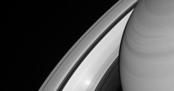 NASA opublikowała niezwykłe zdjęcie wykonane przez sondę Cassini, na którym widać odbicie Słońca w pierścieniach Saturna. Fotografia jest niezwykła, choć nie pierwsza tego rodzaju, bo agencja opublikowała podobną niemal dokładnie 10 lat temu. Warunki do powstania takiego obrazu są dość proste, choć niełatwe do spełnienia - Słońce musi być dokładnie za sondą, fotografującą pierścienie.