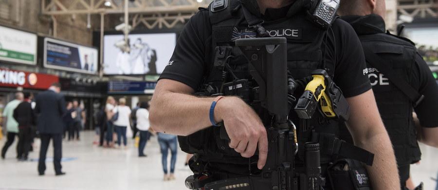 Brytyjska policja aresztowała 5 osób podejrzanych o atak na dwóch Polaków. Jeden z nich, 40-letni mężczyzna, zmarł w wyniku odniesionych obrażeń. Drugi jest w szpitalu.