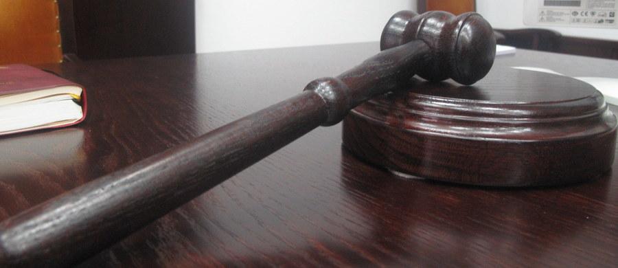 Na 13 lat więzienia skazał we wtorek sąd w Budapeszcie ekstremistę Gyoergya Budahazyego za działalność terrorystyczną w latach 2007-2009. Jego 16 towarzyszy otrzymało niższe wyroki – poinformowała agencja MTI. Po ich ogłoszeniu w sądzie wybuchła awantura.