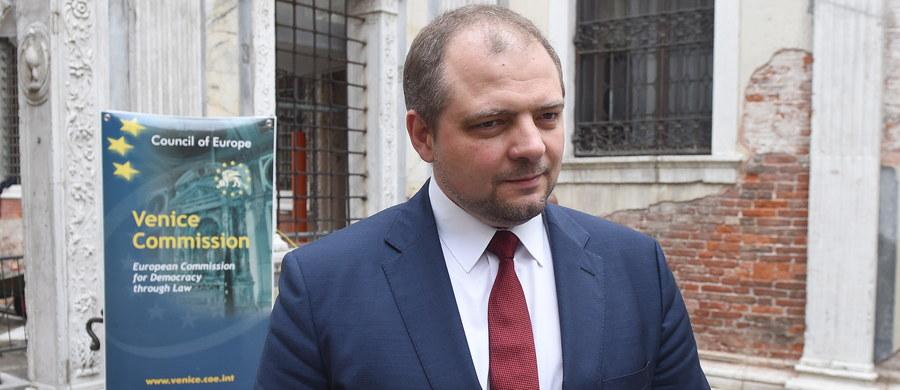 Wiceminister spraw zagranicznych Aleksander Stępkowski, odpowiedzialny za sprawy prawne, traktatowe oraz prawa człowieka, został odwołany z funkcji - poinformował dyrektor Biura Rzecznika Prasowego MSZ Rafał Sobczak.