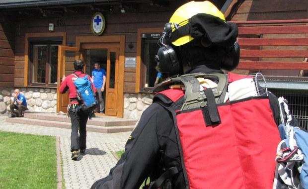 75-letni mężczyzna nie wrócił na noc z wycieczki z Zawratu w Tatrach. Zaniepokojona właścicielka pensjonatu zawiadomiła TOPR. Od wczorajszego wieczora turysta był poszukiwany przez ratowników. Rano zmarznięty i przemoczony sam dotarł do miejsca zakwaterowania.