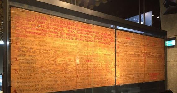 21 postulatów, wśród nich ten najważniejszy - utworzenie niezależnych związków zawodowych. Dziś mija 36. rocznica podpisania Porozumień Sierpniowych. Oryginalne tablice z postulatami można podziwiać w Europejskim Centrum Solidarności w Gdańsku. Przez lata były uznawane za zniszczone. Przetrwały PRL, dzięki sprytowi pracowników dawnego Centralnego Muzeum Morskiego, którym związkowcy przekazali tablice.