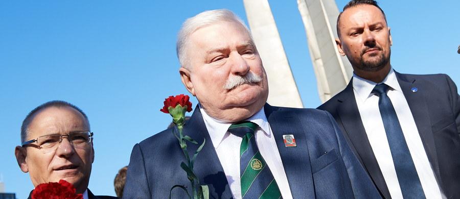Nie zgadam się z tym, co się obecnie dzieje; to nie jest to, o co walczyliśmy. Trzeba polską demokrację naprawić - mówił były prezydent Lech Wałęsa po złożeniu kwiatów pod Pomnikiem Poległych Stoczniowców w Gdańsku.