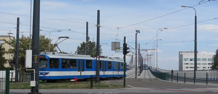 Kulminacyjny moment utrudnień przy budowie łącznicy kolejowej w Krakowie. Dziś (31 sierpnia) i jutro (1 września) w nocy robotnicy za pomocą potężnego dźwigu zainstalują przęsła kolejowe biegnące nad skrzyżowaniem. Z tego powodu już o godzinie 20 przez skrzyżowanie nie będą mogły przejechać żadne tramwaje. Tak będzie do samego rana.
