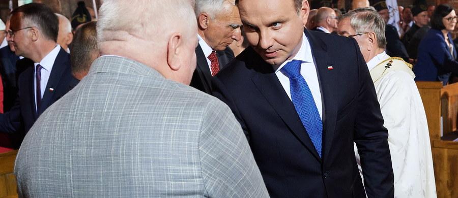 """""""Cieszę się, że dziś na tej sali jesteśmy razem, chociaż mamy współcześnie różne poglądy polityczne i należymy do różnych ugrupowań, że w tę rocznicę jesteśmy razem przy tym znaku """"Solidarności"""", historycznym znaku """"Solidarności"""" lat 80., bo ta wartość jest wspólna"""" - mówił prezydent Andrzej Duda w uroczystym spotkaniu w sali BHP Stoczni Gdańskiej w czasie obchodów 36. rocznicy podpisania Porozumień Sierpniowych. To właśnie w sali BHP Stoczni Gdańskiej przed 36 laty podpisane zostało porozumienie między strajkującymi robotnikami a delegacją rządową. Obchody zakończyła msza w Bazylice św. Brygidy. Gdy zgromadzeni w bazylice przekazywali sobie znak pokoju, do Lecha Wałęsy podszedł prezydent Andrzej Duda podając mu dłoń."""