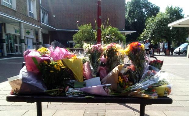 Społeczność w Harlow w Wielkiej Brytanii jest pogrążona w szoku po tym, gdy grupa nastolatków zamordowała 40-letniego Polaka i raniła jego 43-letniego kolegę. Policja wciąż bada motywy sprawców. Początkowo twierdzono, że zabójstwo na tle narodowościowym jest głównym wątkiem śledztwa. W środę wieczorem poinformowano, że funkcjonariusze nie posiadają żadnych dowodów, które wskazywałyby na to, że zabójstwo 40-letniego Polaka było motywowane jego narodowością. W tej sprawie zatrzymano 6 osób.