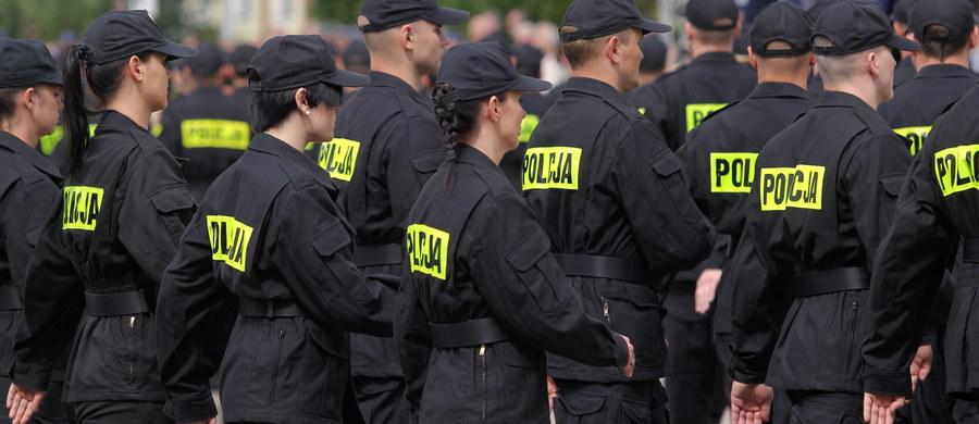 Szykują się najwyższe od lat nagrody w służbach mundurowych podległych resortowi spraw wewnętrznych i administracji. Jak dowiedział się reporter RMF FM, funkcjonariusze, którzy zabezpieczali lipcowy szczyt NATO oraz Światowe Dni Młodzieży otrzymają średnio po tysiąc złotych.