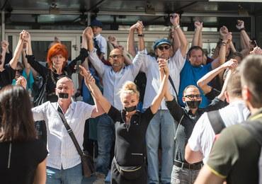 Milczący protest aktorów przeciwko Cezaremu Morawskiemu przed Teatrem Polskim we Wrocławiu