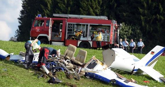 Trzy osoby zginęły w wypadku niewielkiego samolotu, który runął na ziemię niedaleko Leutkirch w Niemczech. Ofiary to 33-letni pilot oraz para w wieku 28 i 26 lat. Jak piszą niemieckie media, lot był prezentem urodzinowym dla młodej kobiety.