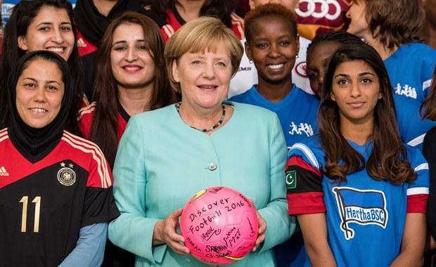 Kanclerz Angela Merkel zapewniła swój klub poselski CDU/CSU, że nie powtórzy się sytuacja z ubiegłego roku, gdy do Niemiec przyjechało ponad milion imigrantów - piszą w piątek niemieckie gazety, powołując się na uczestników spotkania w siedzibie Bundestagu.