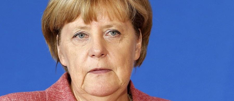 """Kanclerz Niemiec Angela Merkel powiedziała w wywiadzie dla """"Bilda"""", że dziś postąpiłaby tak samo jak rok temu, gdy podjęła decyzję o otwarciu granicy dla tysięcy imigrantów z Węgier. Opowiedziała się za współpracą z Polską przy ochronie granic zewnętrznych Unii Europejskiej."""