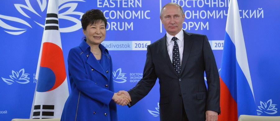 Rosja nie akceptuje samozwańczego statusu nuklearnego Korei Północnej - powiedział prezydent Rosji Władimir Putin po spotkaniu z prezydent Korei Południowej Park Geun Hie. Przywódcy uczestniczyli w II Wchodnim Forum Ekonomicznym we Władywostoku.