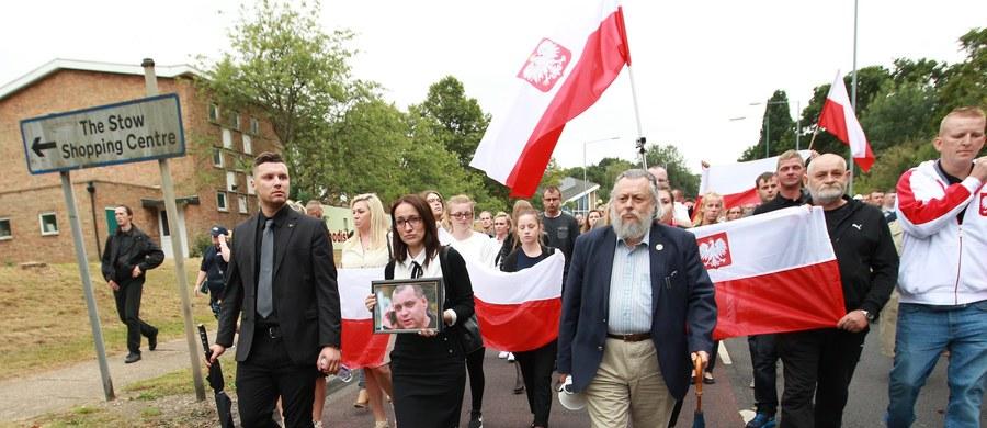 Ok. 1000 osób wzięło udział w marszu milczenia upamiętniającym 40-letniego Polaka Arkadiusza J., który w poniedziałek zmarł w wyniku obrażeń odniesionych po ataku gangu nastolatków w Harlow na południowym wschodzie Anglii. Do tłumu Polaków dołączyła grupa Brytyjczyków.