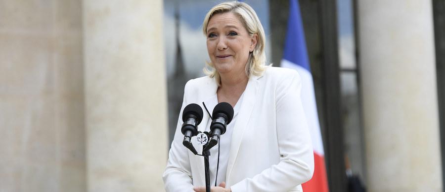 """Przywódczyni francuskiego Frontu Narodowego Marine Le Pen potępiła polityków prawicy i lewicy i na partyjnym wiecu zapowiedziała referendum w sprawie członkostwa Francji w UE, jeśli wygra przyszłoroczne wybory prezydenckie. W pierwszym wystąpieniu swej kampanii prezydenckiej Le Pen określiła się jako """"kobieta wolna"""" i - w przeciwieństwie do swych konkurentów - niepodatna na kompromisy i kompromitacje."""