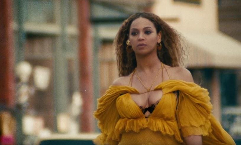 """W niedzielę (4 września), w swoje 35. urodziny, Beyonce zrobiła prezent fanom i opublikowała teledysk do kolejnego singla z płyty """"Lemonade"""". Zobaczcie klip """"Hold Up""""."""