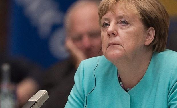 Katastrofa, porażka lub przynajmniej sygnał ostrzegawczy - tak w Niemczech mówi się o przegranej chadeków Angeli Merkel w Meklemburgii-Pomorzu Przednim. Sama kanclerz obserwuje tę porażkę z daleka. Jest jeszcze w Chinach. Przy okazji szczytu G20 spotyka się dziś z chińskim premierem i dopiero wtedy wróci do Niemiec, gdzie nie czeka na nią kwietny kobierzec.