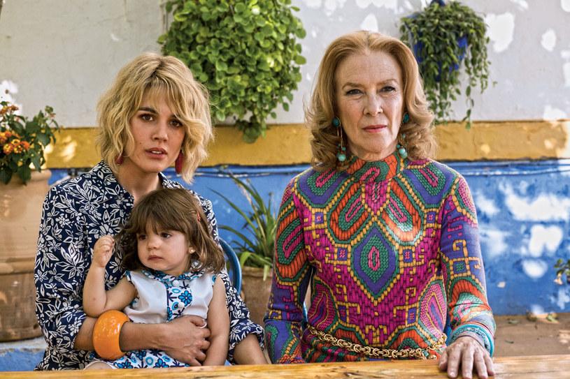 """Kanwą najnowszego filmu Pedro Almodovara są trzy opowiadania noblistki Alice Munro ze zbioru """"Uciekinierki"""". Jego bohaterkami są kobiety, które wpadły w pułapkę życia. Szukają szczęścia i wyzwolenia. Jedną z nich jest Julieta. Nieszczęśliwa matka, której córka kilkanaście lat temu zniknęła i nie daje znaku życia. Jej życie to koszmar."""