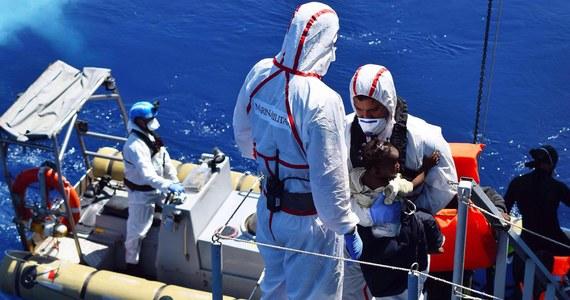 Ciała 15 migrantów znaleziono podczas akcji ratunkowych na Morzu Śródziemnym. Ofiarami są uchodźcy z dwóch przepełnionych pontonów, które zatonęły. Uratowano łącznie 2700 osób.