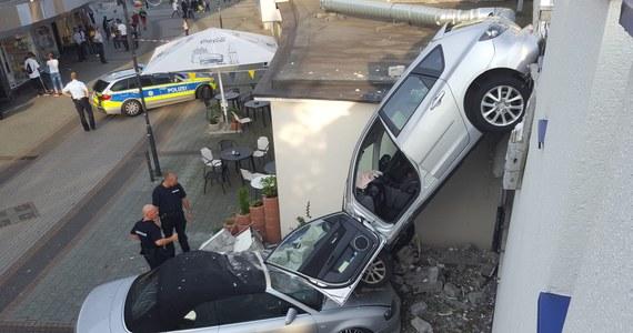 80-letnia kobieta podczas manewrowania na parkingu wielopoziomowym przebiła swoim autem ścianę zewnętrzną. Samochód spadł na inny pojazd, który stał na zewnątrz budynku. Do tego nietypowego incydentu doszło w niemieckim mieście Bottrop. Jak donosi policja, starszej pani nic się nie stało. Oba auta są jednak poważnie zniszczone.
