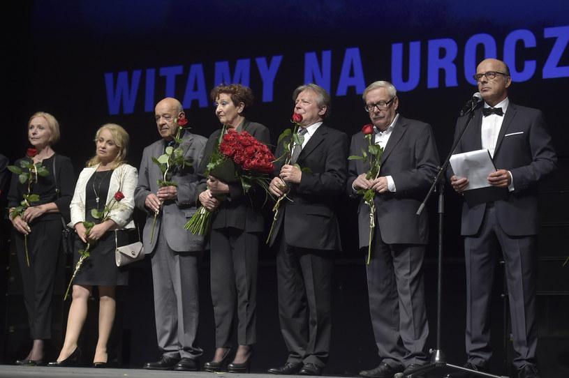 """Kilkuminutowymi brawami zakończyła się premiera filmu """"Smoleńsk"""" w reżyserii Antoniego Krauzego, która odbyła się w poniedziałkowy wieczór w Teatrze Wielkim-Operze Narodowej w Warszawie. Obecni byli m.in. prezydent Andrzej Duda, premier Beata Szydło, prezes PiS Jarosław Kaczyński."""