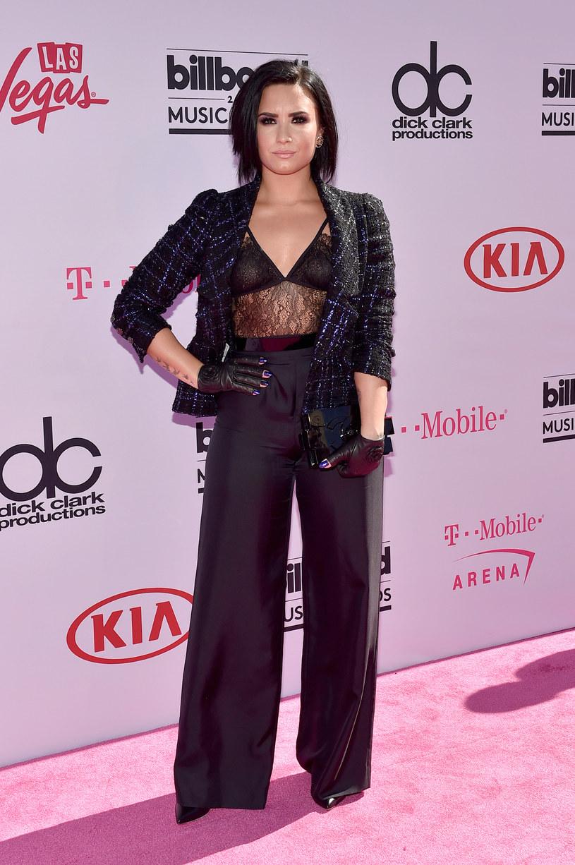 Demi Lovato postanowiła wziąć udział w zabawie, w trakcie której wcieliła się w rolę taksówkarza i wypytywała przypadkowych ludzi o swoją osobę.
