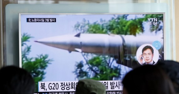 Przywódca Korei Płn. Kim Dzong Un wezwał do wzmacniania arsenału nuklearnego kraju, a ostatnie próby z pociskami balistycznymi uznał za perfekcyjne - podała państwowa agencja prasowa KCNA. Działaniami Pjongjangu zajmie się Rada Bezpieczeństwa ONZ. W poniedziałek Korea Północna wystrzeliła trzy pociski balistyczne średniego zasięgu, które wpadły do Morza Japońskiego, u wschodnich wybrzeży Półwyspu Koreańskiego.