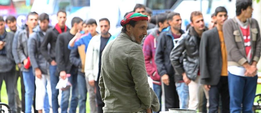 Grecki minister spraw wewnętrznych pisze list, w którym wytyka palcem kraje nie przyjmujące przydzielonych im kontyngentów uchodźców w ramach zeszłorocznej decyzji Unii Europejskiej. Jak się dowiedziała korespondentka RMF FM, Katarzyna Szymańska-Borginon, w liście grecki minister Panos Kurumplis skarży się, że prawie 8 tysięcy uchodźców czeka na wyjazd do unijnych krajów, a te nie reagują. List jest skierowany do Komisji Europejskiej i wszystkich ministrów spraw wewnętrznych krajów Unii, a więc także do Mariusza Błaszczaka.