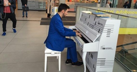 Zaskoczeni podróżni i niezwykła atmosfera na dworcu kolejowym w Katowicach. Oprócz typowych dla tego miejsca dźwięków zapowiedzi dla podróżnych, zabrzmiały tam we wtorek także dźwięki chopinowskich mazurków. W głównym holu stoi bowiem... białe pianino, które przypomina o tym, że Katowice mają tytuł Miasta Muzyki UNESCO.