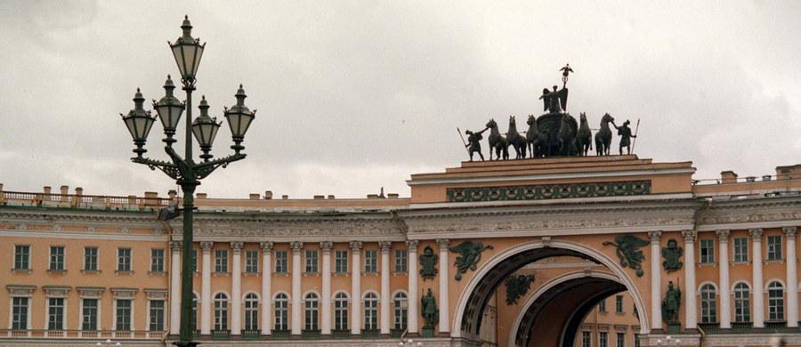 """Turyści rozebrali w tym roku ponad 20 metrów kwadratowych bruku na Placu Pałacowym w Petersburgu. """"Ponad dwa tysiące kostek brukowych na głównym placu miasta zostało wyrwanych na pamiątkę"""" - podają rosyjskie media, powołując się na władze miejskie."""