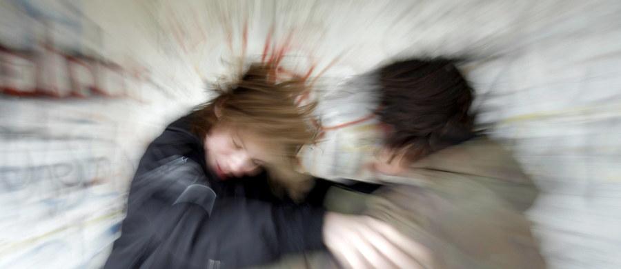 14-latek, który podejrzewany jest o bardzo dotkliwe i brutalne pobicie 11-latki w Sokołowie koło Sieradza w Łódzkiem, nadal jest w schronisku dla nieletnich – ustaliła dziennikarka RMF FM. Chłopak będzie tam przebywał przez kolejne 3 miesiące – tak zdecydował sieradzki Sąd Rodzinny i dla Nieletnich.