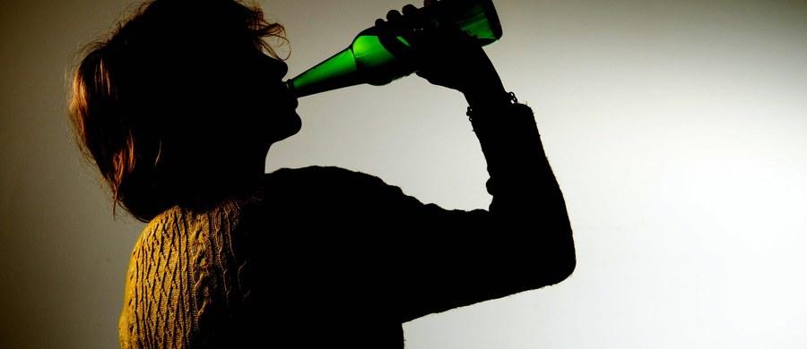 """Kilkaset tysięcy osób skierowanych na leczenie odwykowe może żądać zadośćuczynienia od gminnych komisji do walki z alkoholizmem. Od niemal 20 lat gminne komisje rozwiązywania problemów alkoholowych nielegalnie zbierają dane o osobach nadużywających wyskokowych trunków – informuje """"Dziennik Gazeta Prawna""""."""