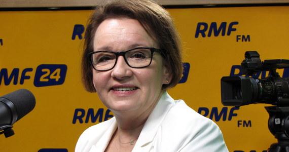 """Żaden z nauczycieli nie straci pracy w związku z reformą - zapowiadała w Popołudniowej rozmowie w RMF FM minister edukacji Anna Zalewska. Szefowa resortu dodała również, że """"wszędzie pojawiają się dodatkowe miejsca pracy"""". """"Priorytetem jest każdy etat, każde miejsce pracy"""" - tłumaczyła Zalewska. Zapowiedziała również, że nowe podręczniki do szkół będą gotowe do wakacji. """"Wydawcy już pracują nad nowymi podręcznikami i powiedzieli, że zdążą na czas"""" - mówiła. """"Zdążymy z podręcznikami, tym bardziej, że do końca czerwca wszyscy nauczyciele z wrażliwych roczników - klasy pierwszej, czwartej i siódmej - zostaną przeszkoleni z podstaw programowych"""" - tłumaczyła."""