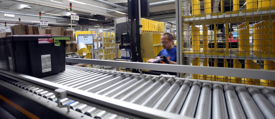 Dwanaście tysięcy sezonowych miejsc pracy uruchomił polski oddział amerykańskiego przedsiębiorstwa handlowego Amazon. Oferta na okres świąt Bożego Narodzenia dotyczy dwóch centrów firmy pod Wrocławiem i jednego pod Poznaniem. Rekrutacja już trwa.