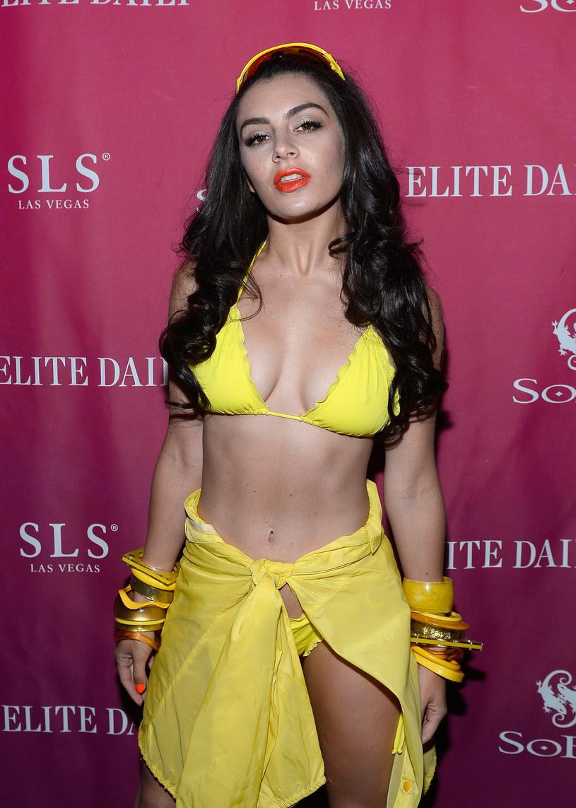 Piosenkarka nie jest pewna czy noszenie bikini na scenie w Wielkiej Brytanii sprawdzi się tak samo, jak w Stanach Zjednoczonych. Na koncercie w Las Vegas, Charli XCX zaprezentowała nowy wizerunek sceniczny.